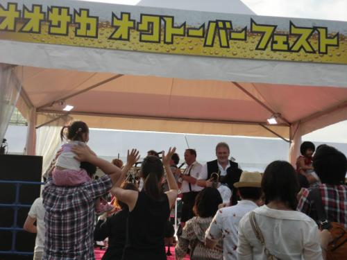 大阪オクトーバーフェスト_踊る客